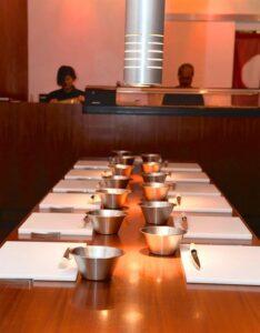 鮨屋 ミュンヘン店でのお寿司コースの準備